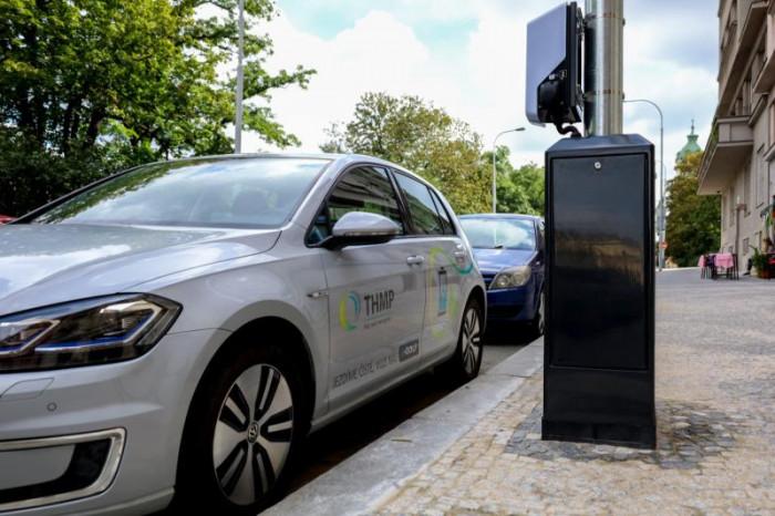 Sloup veřejného osvětlení s nabíječkou elektromobilů