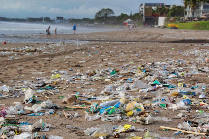 Plastový odpad na pláži
