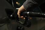 Čerpání nafty do nádrže automobilu