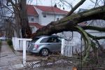 Poškozený dům po bouři