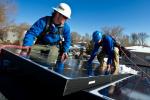 Montáž solárních panelů na střechu domu