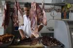 Řezník zpracovávající maso