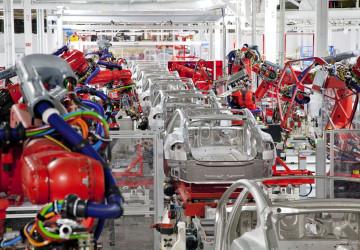 Svařovací roboti v továrně Tesla ve Fremontu