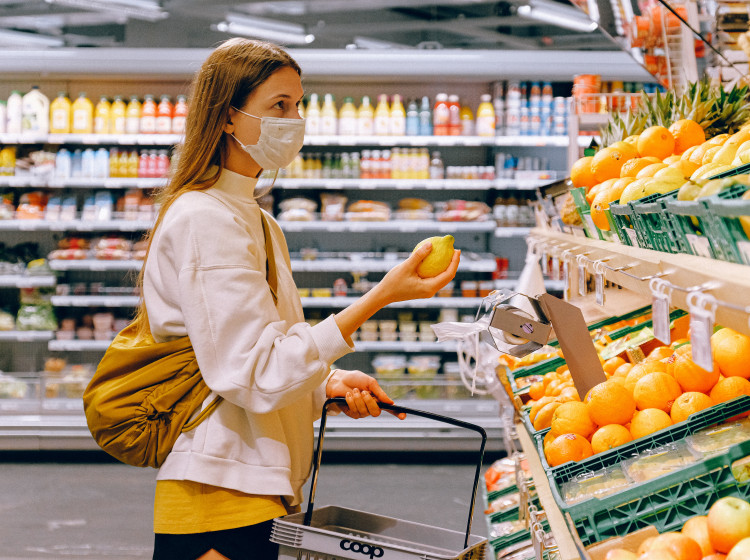 Žena nakupující v supermarketu