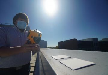 Výzkumník měřící teplotu barvy