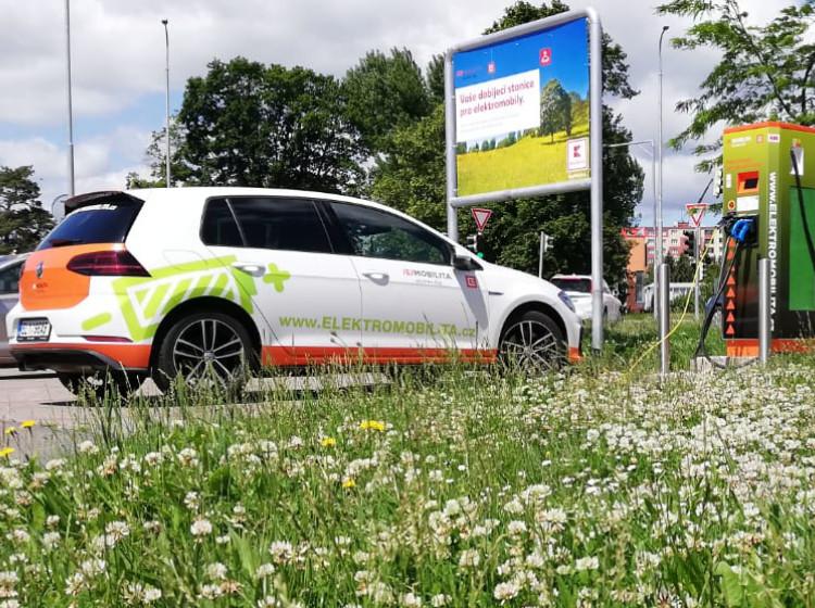 ČEZ - dobíjení elektromobilu na parkovišti obchodu