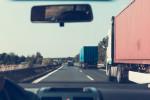 Nákladní automobily na dálnici