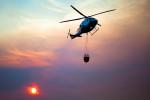 Vrtulník s bambi vakem pro hašení požárů
