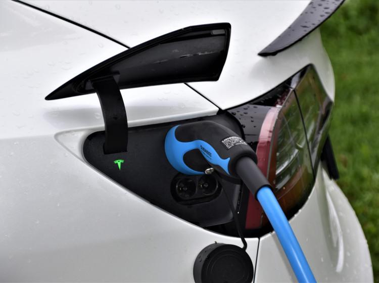 Nabíjení baterií elektromobilu Tesla