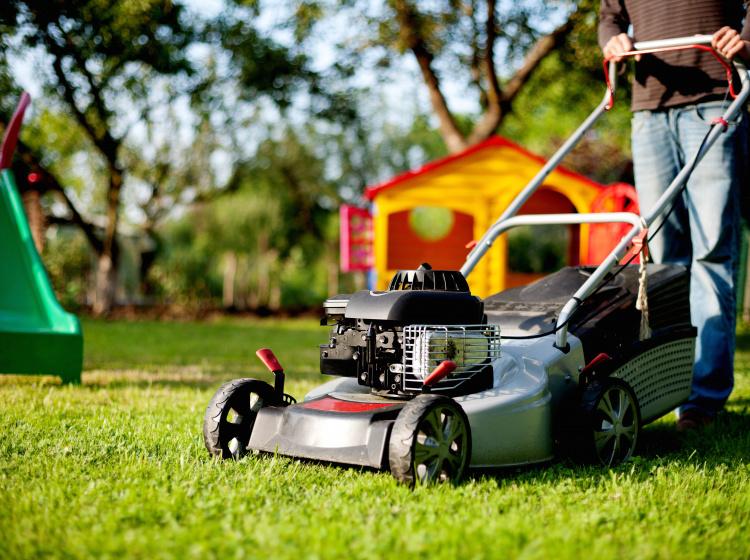 Sekání trávy benzínovou sekačkou