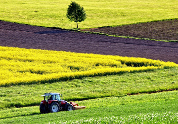 Traktor při práci na poli