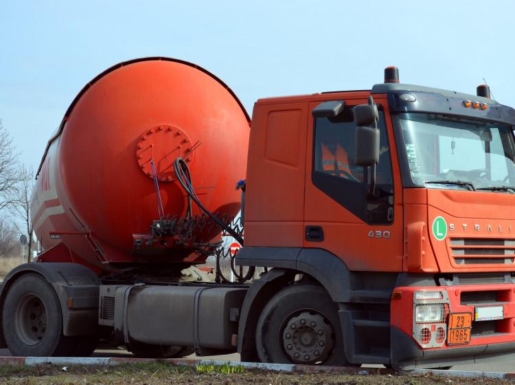 Nákladní auto s cisternou