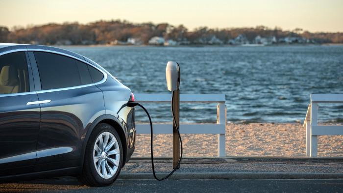 Elektromobil Tesla na nabíječce