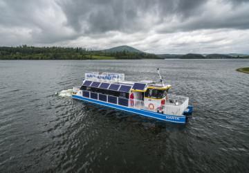 Loď na elektrický pohon v nádrži Slezská Harta