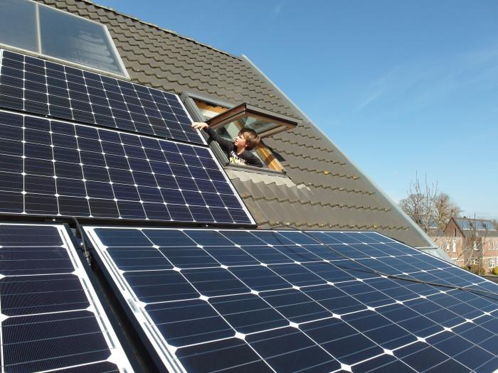 Solární panely na střeše domů