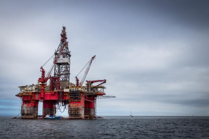 Těžební věž v oceánu