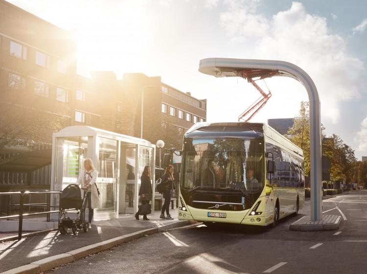 Elektrobus Volvo při nabíjení v zastávce
