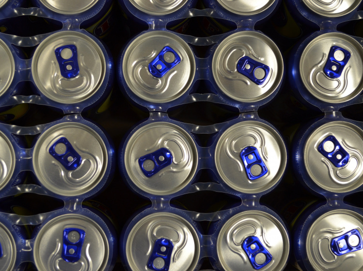 Plechovky s nápoji