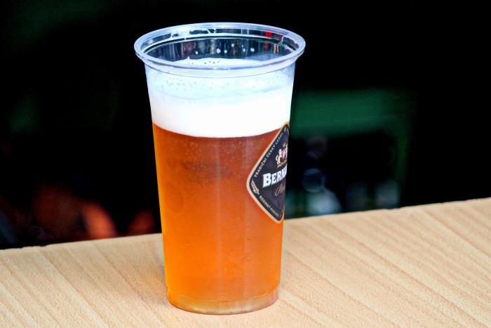 Pivo v jednorázovém kelímku