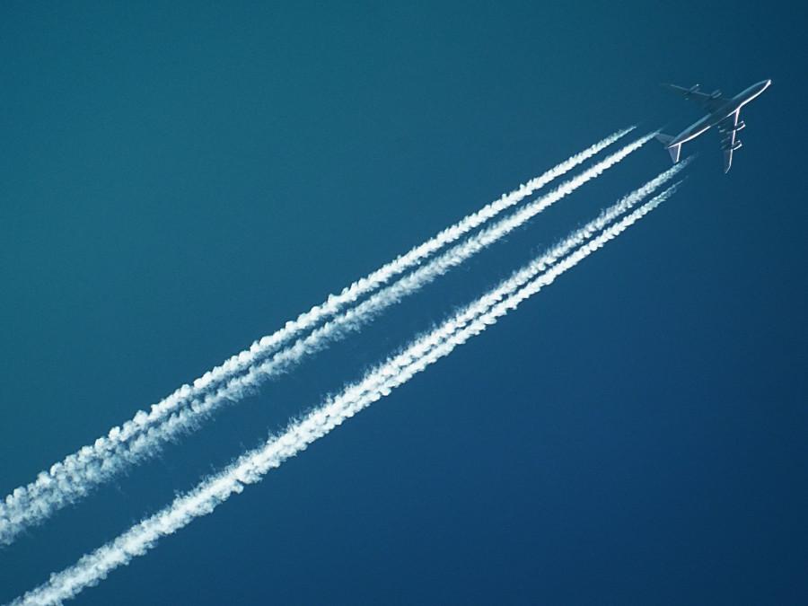 Letadlo s kondenzační stopou