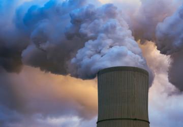 Kouř z komína elektrárny